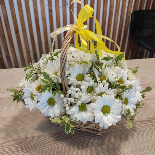 Корзина с белой хризантемой