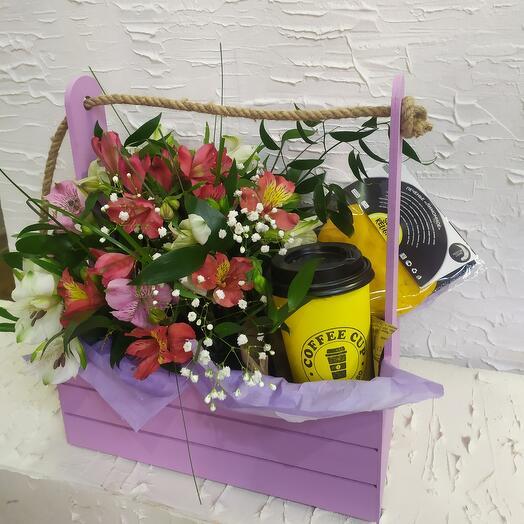 Ящик с альстромерией,латте и лимоным печеньем