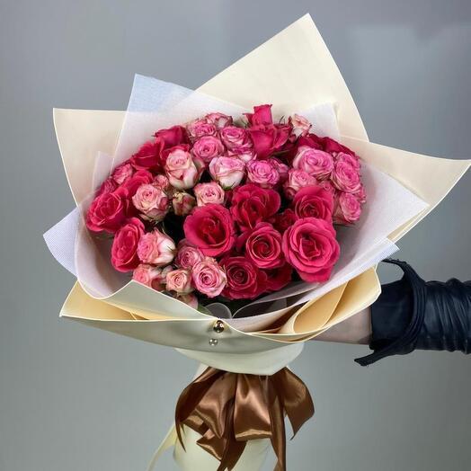 Букет з 19 спрей-троянд в упаковці
