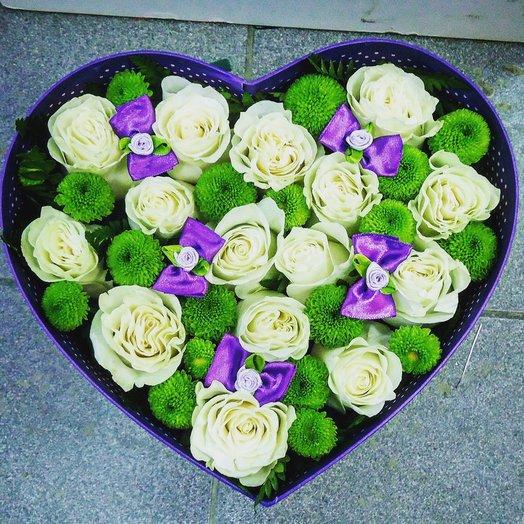 Нежно-белые розы в коробке в форме сердца: букеты цветов на заказ Flowwow