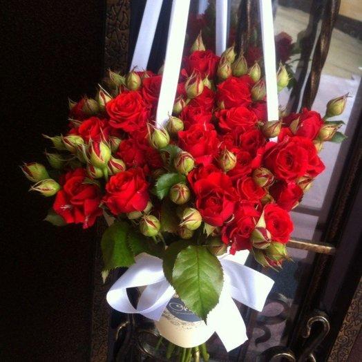 Букет в конверте из красной кустовой розы: букеты цветов на заказ Flowwow