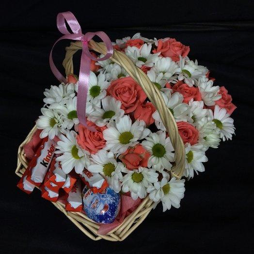 Корзина с цветами и сладостями: букеты цветов на заказ Flowwow