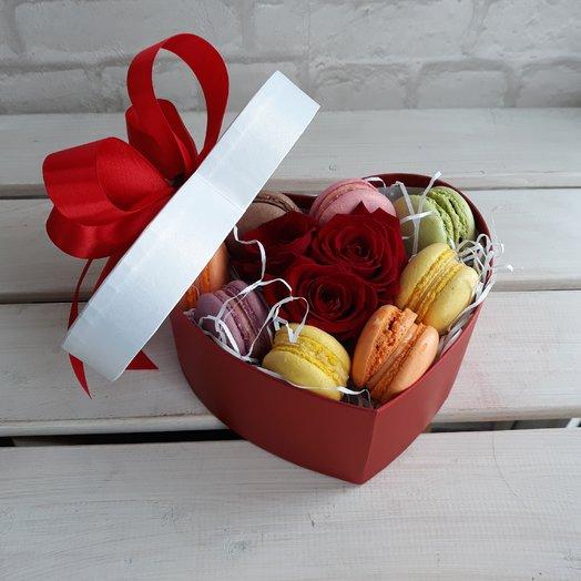 Коробочка с розами и макарунами: букеты цветов на заказ Flowwow