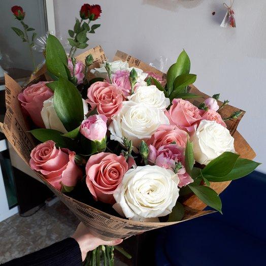 Белые и розовые розы с зеленью и кустовой гвоздикой: букеты цветов на заказ Flowwow