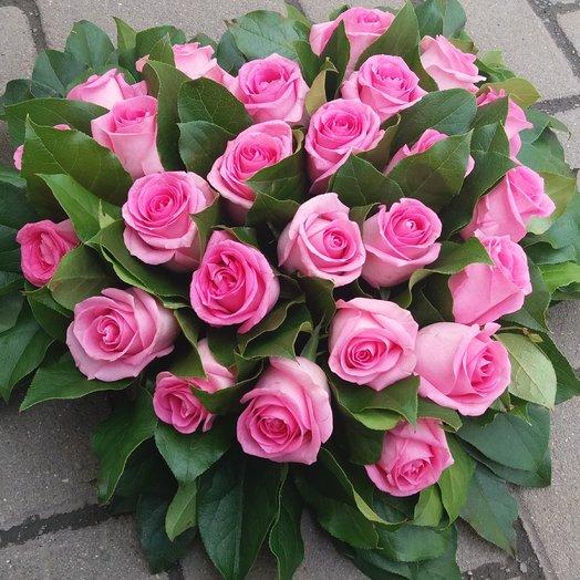 Сердце из 25 розовых роз