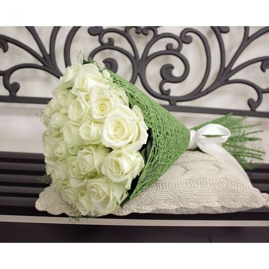 19 белых роз в фетре