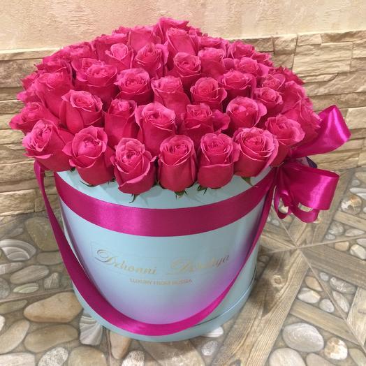 Малиновые розы-премиум в голубом цилиндре размера L до 75 роз: букеты цветов на заказ Flowwow