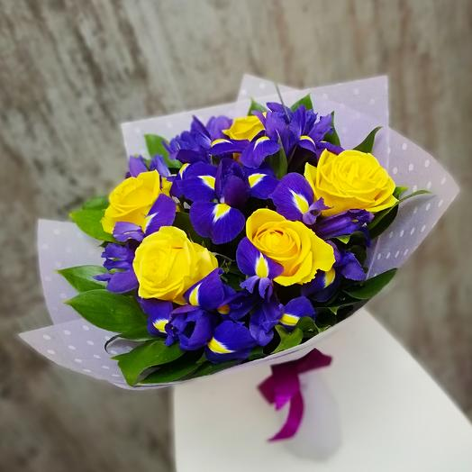 Ирисы и желтые розы