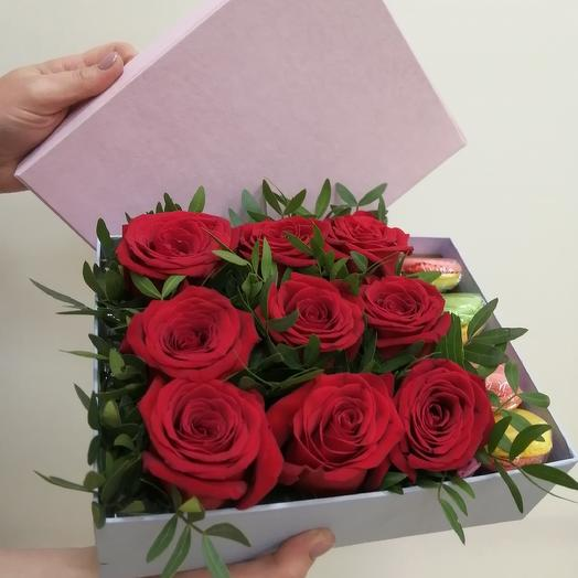 "Коробка подарочная с пироженым ""макарун"": букеты цветов на заказ Flowwow"