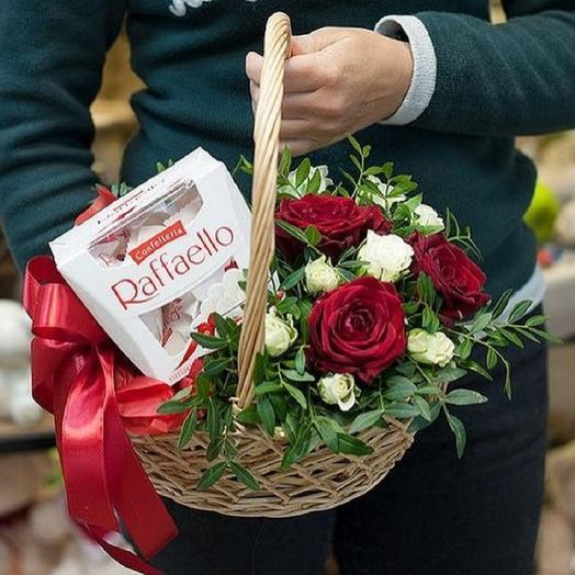 Подарочная корзинка с цветами и сладостями: букеты цветов на заказ Flowwow