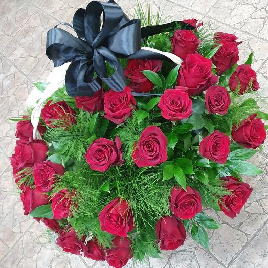 Траурная корзина с розами ,,Вечная память: букеты цветов на заказ Flowwow