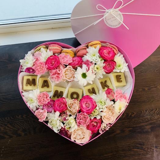Коробочка с цветами , шоколадными буквами и макаруни