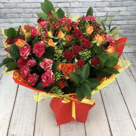 Букет из игривых кустовых роз: букеты цветов на заказ Flowwow
