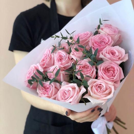 Букет из 15 нежно розовых роз с эвкалиптом и в авторской упаковке