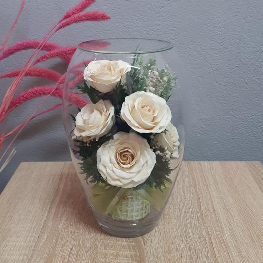 Розы айвори в высокой овальной вазе