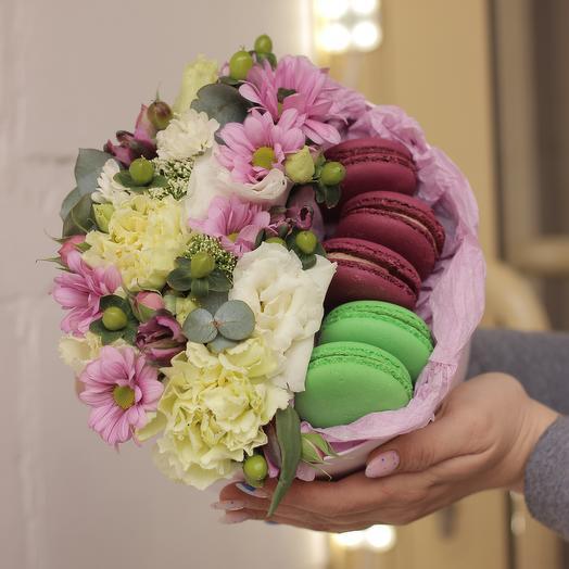 Шляпная коробка с цветами и макаронс