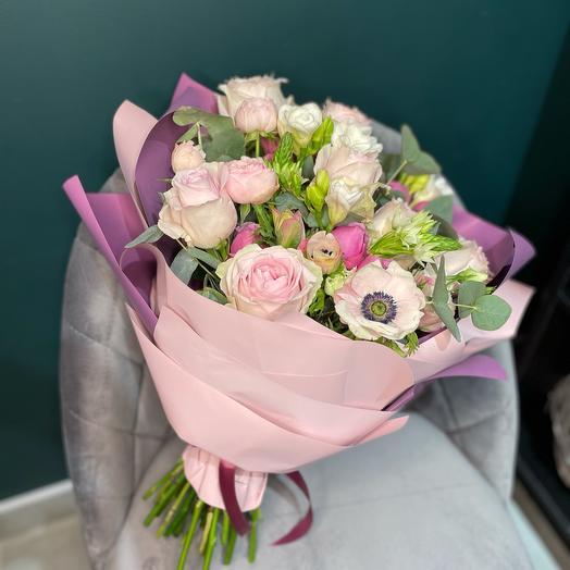 Пышный букет с анемонами и розами