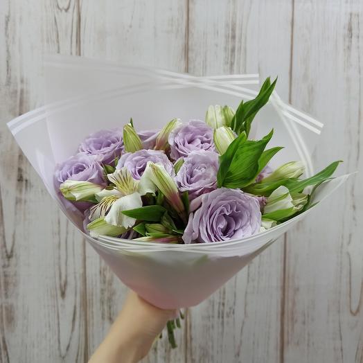Букет с ароматными розами и альстромерией