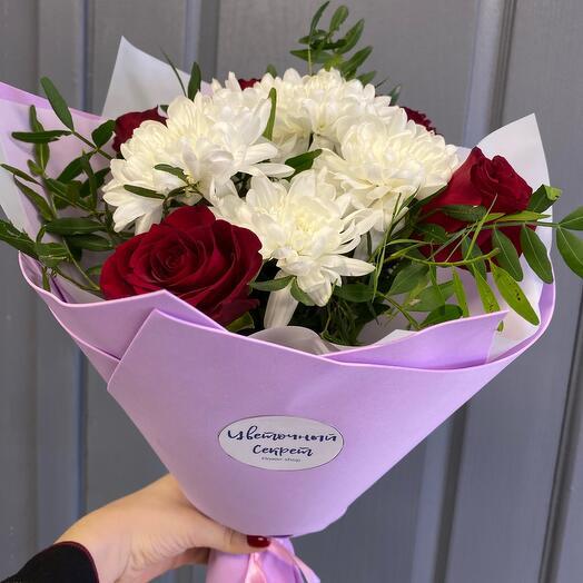 Букет из хризантем и кинейских роз
