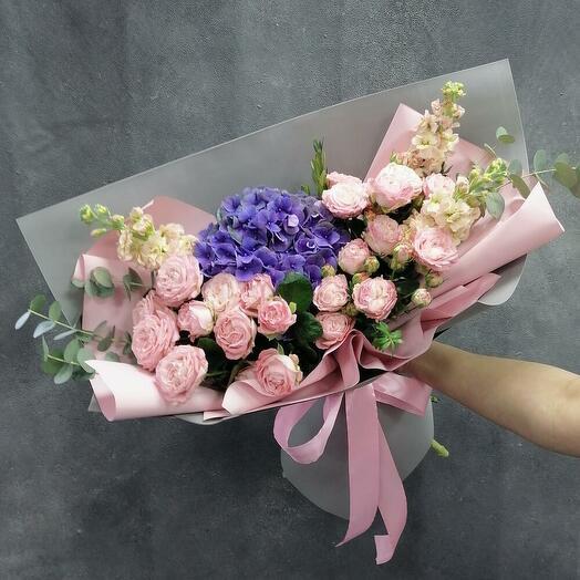 Пионовый букет из гортензии пионовидной розы маттиолы