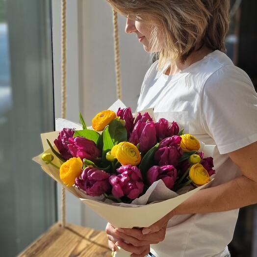 Букет с тюльпанами и лютиками