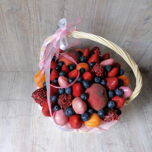 Корзина с клубникой и фруктами