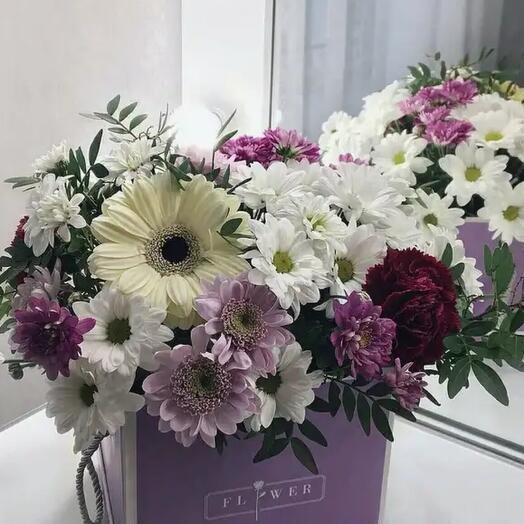 Композиция из стойких цветов в коробке.  Хризантемы , гербера, диантусы