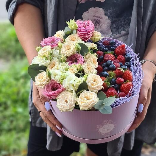 Короб с цветами и ягодами