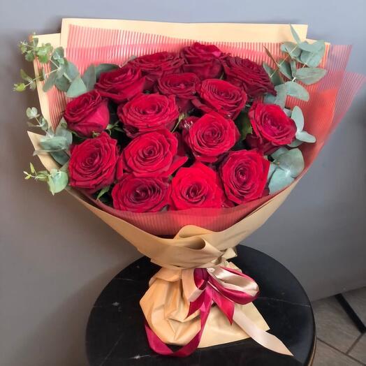 Букет из шикарных роз с эвкалиптом