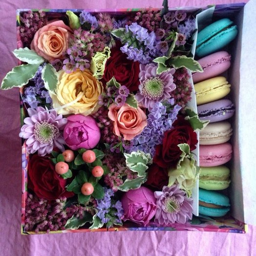 Коробочка с цветами и макарунами: букеты цветов на заказ Flowwow