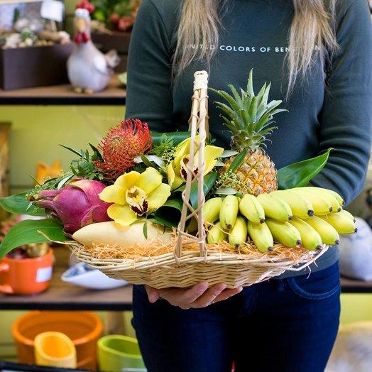 Корзина с фруктами и цветами Тропики
