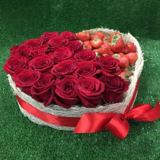 Большое сердце с розами и клубникой: букеты цветов на заказ Flowwow