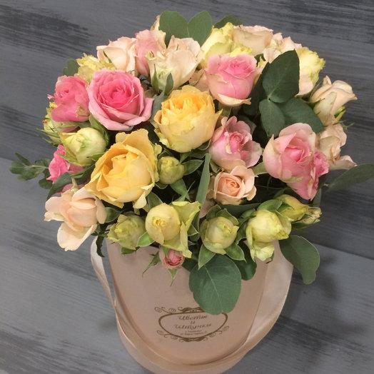 Коробка с кустовыми розами микс: букеты цветов на заказ Flowwow