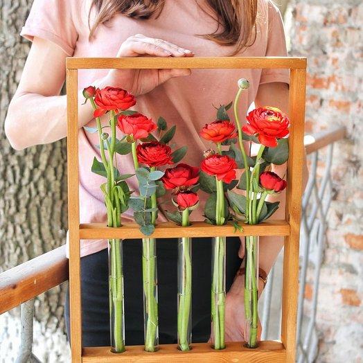 Ранункулюсы в эксклюзивной рамке с колбами!: букеты цветов на заказ Flowwow