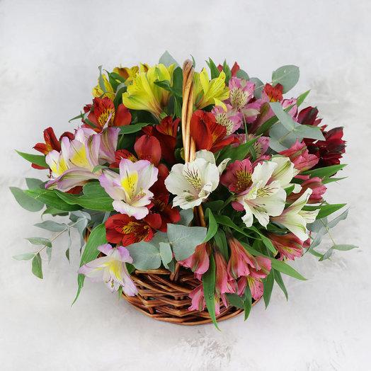Композиция из разноцветных альстромерий и эвкалипта в корзине: букеты цветов на заказ Flowwow