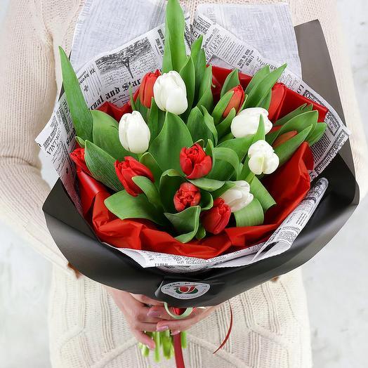 Букет из 15 белых и красных тюльпанов в оригинальной упаковке: букеты цветов на заказ Flowwow