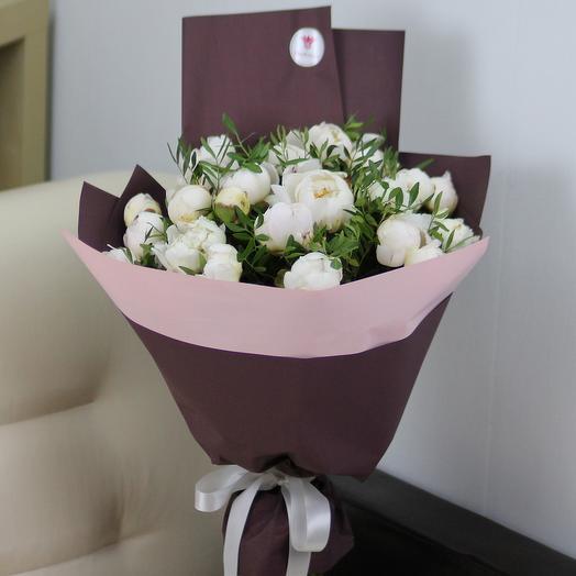 25 белых пионов с зелень в дизайнерской упаковке: букеты цветов на заказ Flowwow