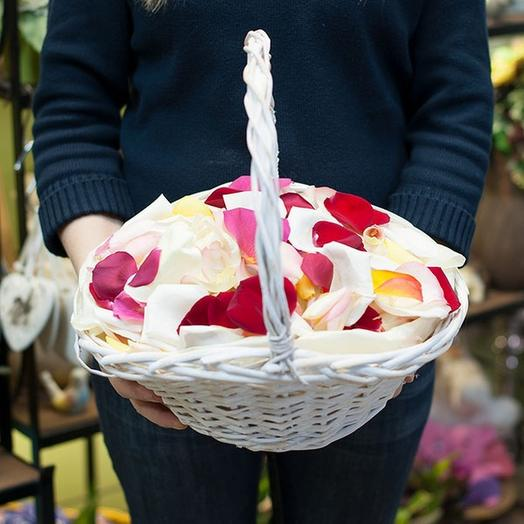 Лепестки роз в корзине или коробке