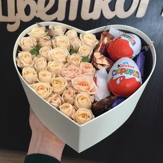 Сердечко с кустовыми розами и конфетами: букеты цветов на заказ Flowwow