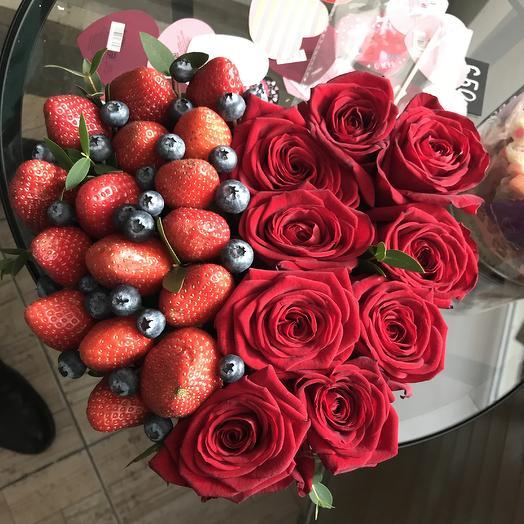 Сердце из роз и ягод: букеты цветов на заказ Flowwow