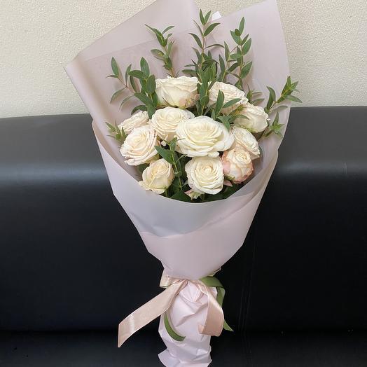 Букет из 5 пионовидных роз Бомбастик и эвкалипта: букеты цветов на заказ Flowwow