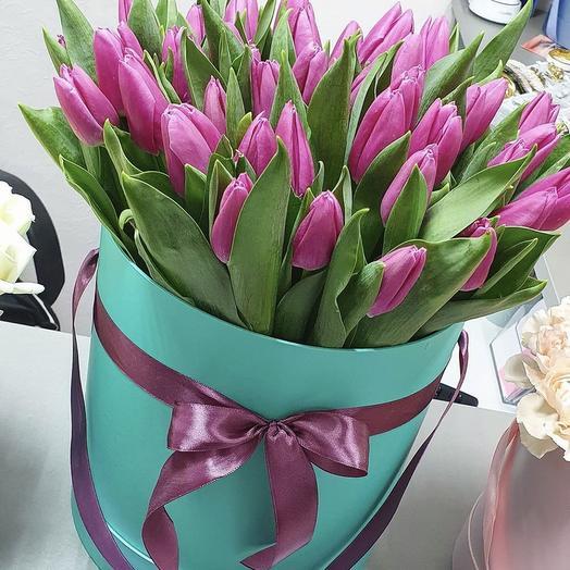 51 розовый тюльпан в шляпной коробке: букеты цветов на заказ Flowwow