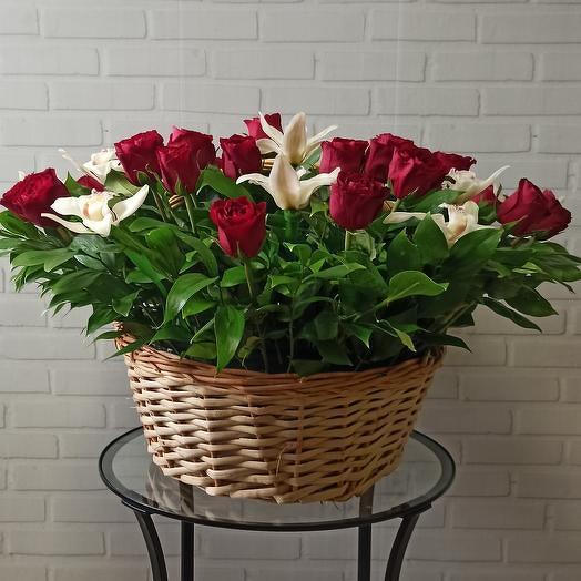 Большая корзина из шикарных роз и орхидей