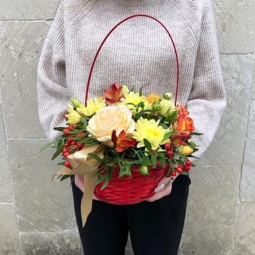 Корзина с розами и хризантемой