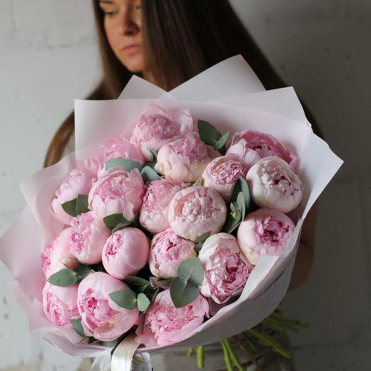 Нежно-розовые пионы с эвкалиптом