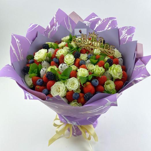 Букет из клубники с нежными розами