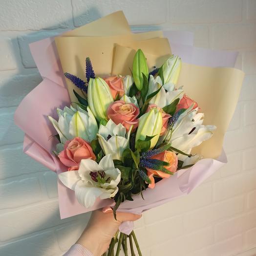Красивый с лилиями и ассорти цветов