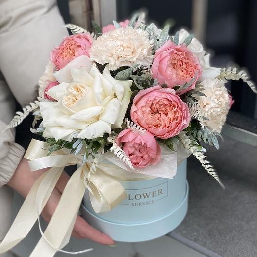 Коробка Блюз из пионовидных кустовых роз и диантуса