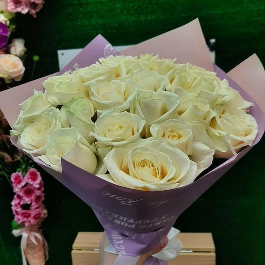 25 белых роз в упаковке
