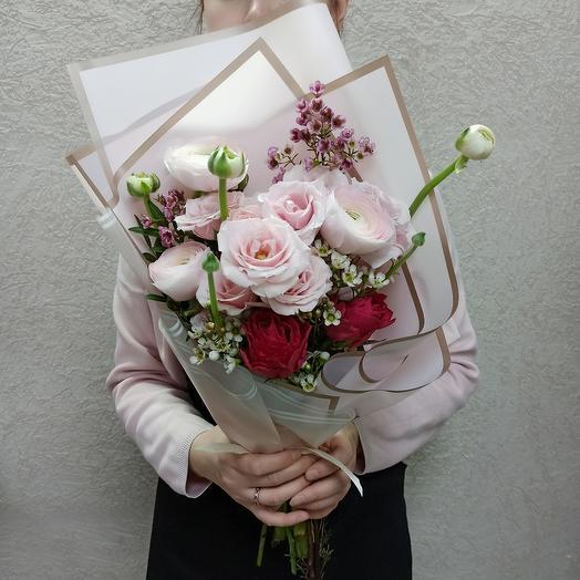Букет с ранюнкулюсами и нежными розами